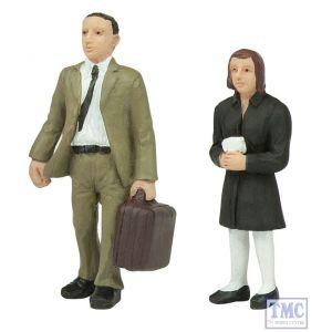 47-409 Scenecraft O Gauge standing passengers B (pack of 2 figures)