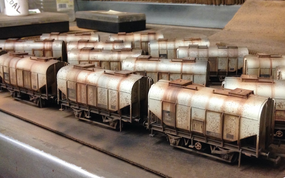 Grain Hopper Wagons Deluxe Weathered by TMC